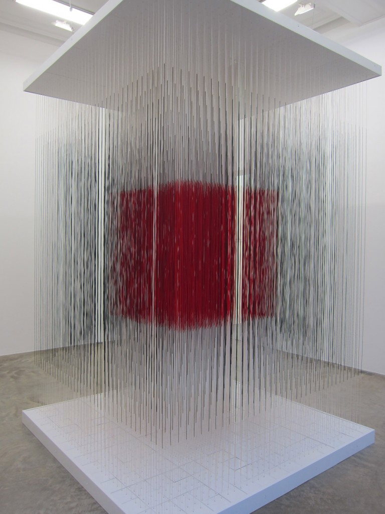 """""""Cube de Paris"""", 1990, aluminium et nylon, 300 x 200 x 200 cm. Ph VA."""