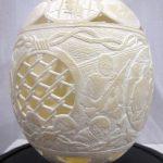Gil Batle à la Ricco-Maresca Gallery.  Après avoir passé vingt années en prison, l'artiste raconte les histoires de ce monde violent en gravant des œufs d'autruche avec une minutie incroyable.