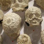 Hervé Bohnert à la galerie JP Ritsch-Fisch. Ce boulanger-plasticien réalise des vanités délicates en amidonnant des dentelles anciennes...